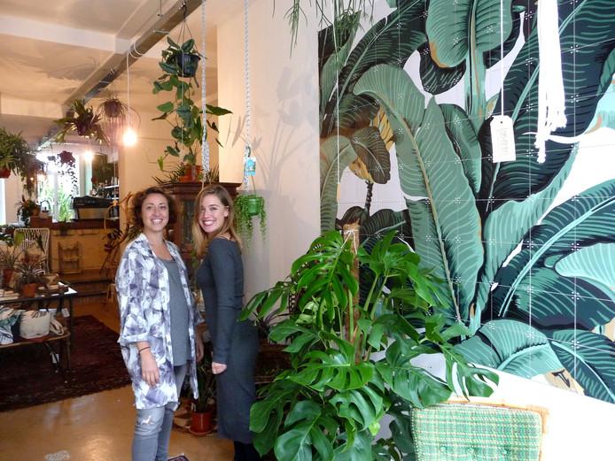 Bregje Geurtsen en Larissa Versluis in Oerwoud