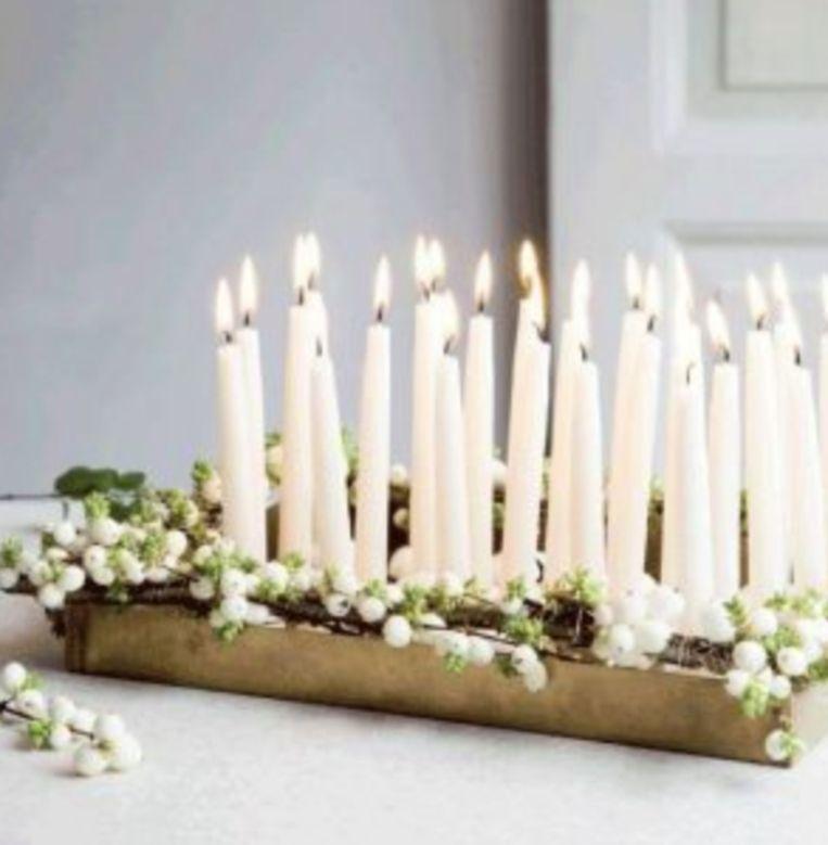 Houten dienblad met kaarsen.