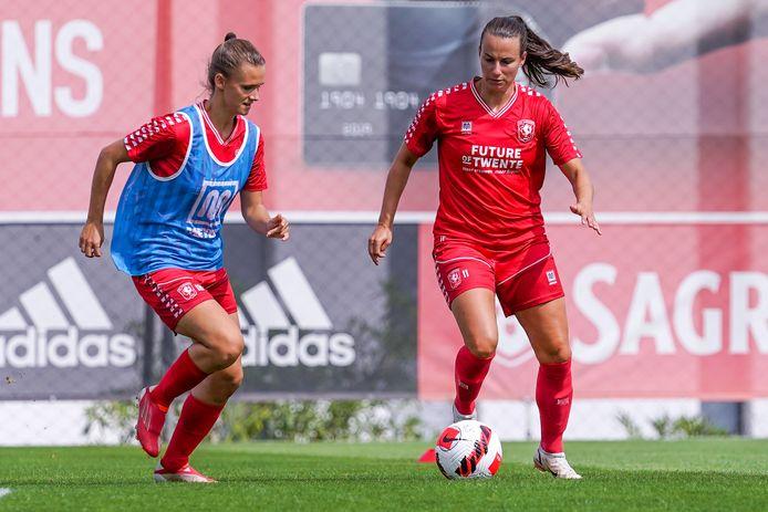 Renate Jansen (rechts) heeft zich afgemeld voor de WK-kwalificatiewedstrijden van Oranje. Teamgenote Kerstin Casparij (links) vervangt haar.
