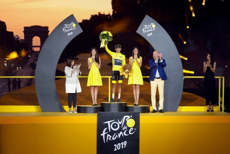 Egan Bernal op het podium van de Ronde van Frankrijk op de Champs-Élysées.