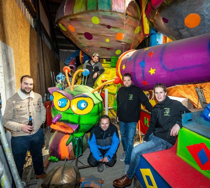 Hendig Zat uit Son en Breugel organiseert een carnavalswandeling. (V.l.n.r.) Krijn Vugts, Bas van Rijssel, Sven van den Nieuwenhuyzen, Tom van Rijssel en Jan van der Sommen.