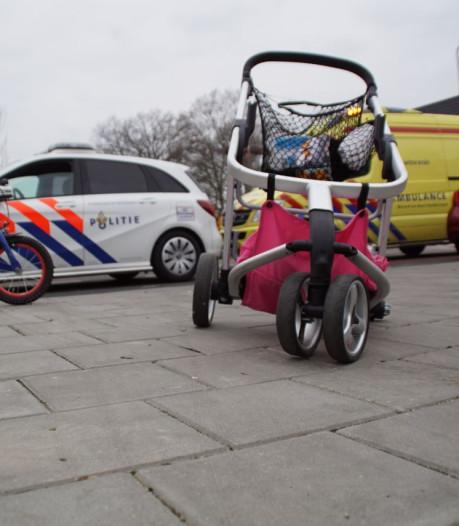 Inhalende automobilist schept vrouw en twee kinderen die oversteken