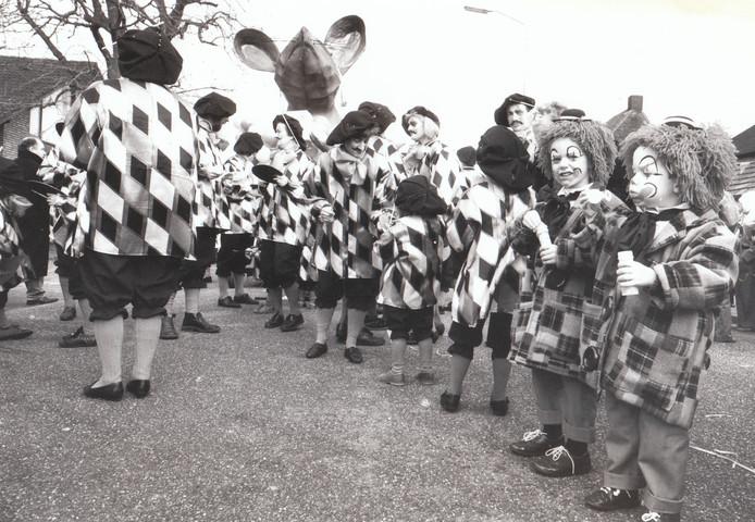 Een momentopname van de carnavalsoptocht in Maarheeze op 22 februari 1993.