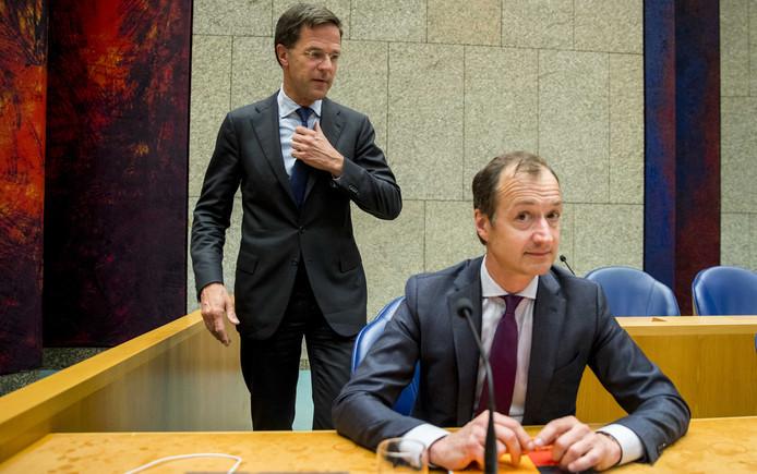 Minister Eric Wiebes van Economische Zaken en Klimaat (VVD) en Premier Mark Rutte voorafgaand aan het tweede termijn tijdens het Tweede Kamerdebat over de omstreden memo's rond de afschaffing van de dividendbelasting