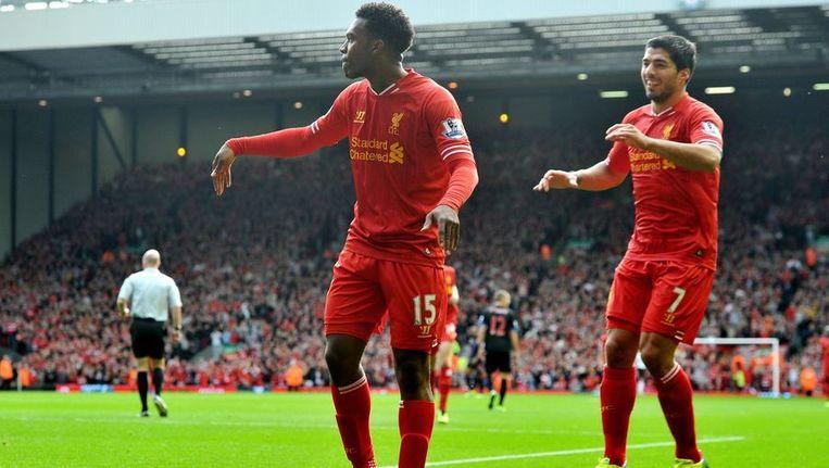 Sturridge (l) en Suárez vieren de tweede Liverpool-treffer. Beeld afp