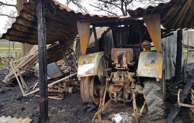 Een tractor ging helemaal verloren door de brand.