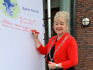 """Baarle-Nassau hangt bezinningsdoek aan gemeentehuis: """"Iedereen mag er berichten van hoop, verdriet of geluk op kwijt"""""""