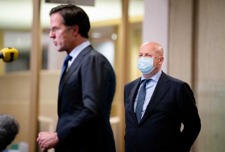 Demissionair minister Ferdinand Grapperhaus (Justitie en Veiligheid) en premier Mark Rutte dinsdag tijdens een korte persverklaring over het avondklokvonnis.  Beeld ANP - Bart Maat