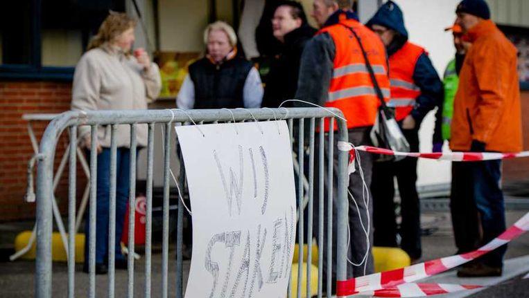 Werknemers staken bij het gebouw van Flora Holland in Naaldwijk. Beeld anp