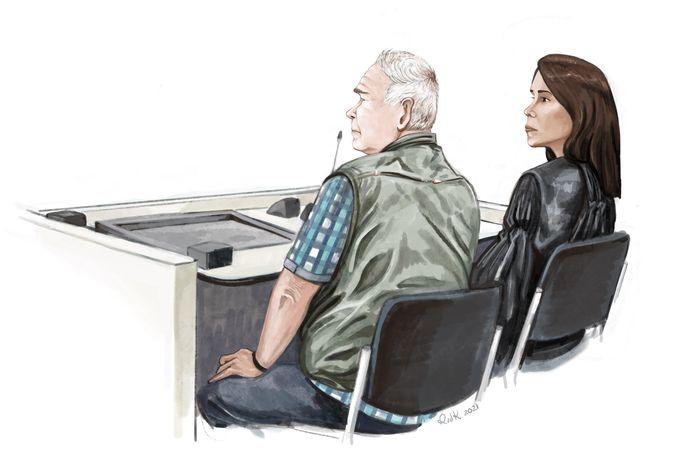 """De 73-jarige verdachte en zijn advocate in de rechtbank in Den Haag.  ,,Stom, stom, stom, ik heb me laten meeslepen."""", sprak hij daar."""