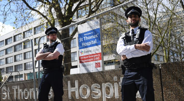 De politie bewaakt het St Thomas' Hospital in Londen, waar Boris Johnson is opgenomen met corona. Beeld null