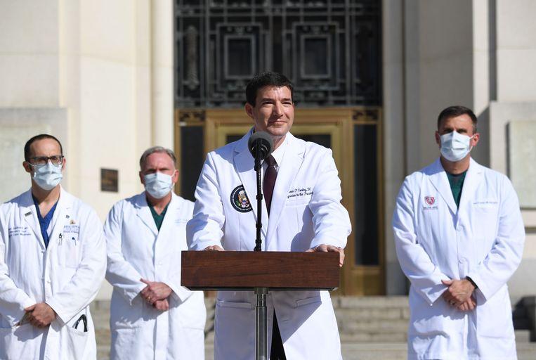 Dokter Sean Conley (midden) geeft een update over de gezondheidstoestand van de president. Archiefbeeld. Beeld AFP