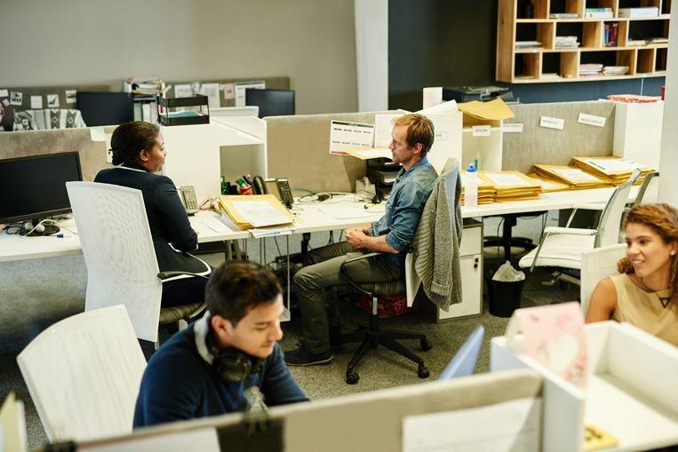 ►Collega's op de werkvloer. Collegialiteit is noodzakelijk om het systeem te laten slagen. Beeld Getty Images