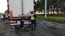 Hier aan de voormalige grenspost in Callicanes bij Poperinge wordt een vrachtwagen met behulp van een speurhond gecontroleerd.