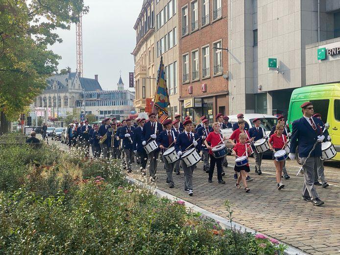 In Sint-Niklaas waren er wél auto's op de autoloze zondag, maar toch gingen de muzikanten van deKunstvrienden op pad.