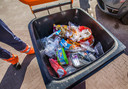 De afvalbakken zitten tegenwoordig sneller vol dan normaal, merken de mannen van HMS. Omdat mensen thuis zitten, wordt er meer afval geproduceerd.