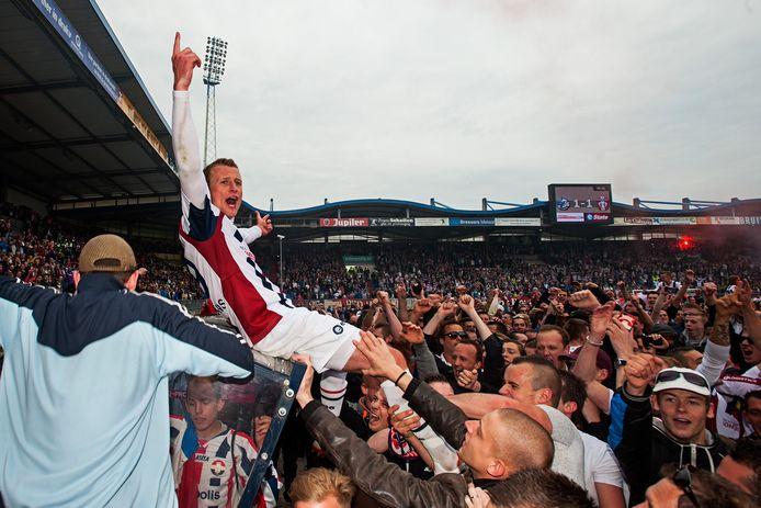 Nadat het kampioenschap in de eerste divisie is behaald in 2014, gaat Jonas Heymans op de schouders bij de supporters van Willem II.
