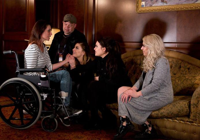 OG3NE plaatste deze foto op hun Facebook-pagina waarop te zien is dat moeder Isolde toch naar Kiev was gereisd om haar dochters Lisa, Amy en Shelley aan te moedigen. Vader Rick was al in de Oekraïense hoofdstad voor het Eurovisie Songfestival.