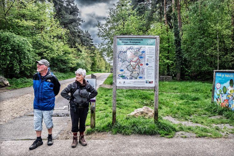 Wandelaars aan het nationaal park Hoge Kempen in Dilsen-Stokkem. Beeld Tim Dirven