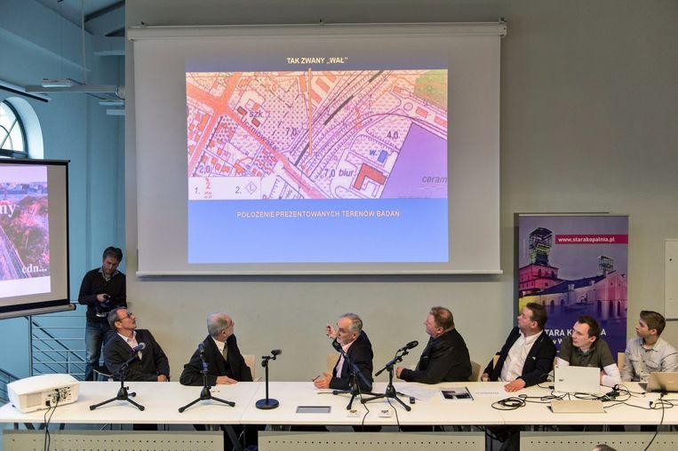 Schatzoekers Pjotr Koper en Andreas Richter presenteren hun bevindingen op een persconferentie in Walbrzych Beeld epa
