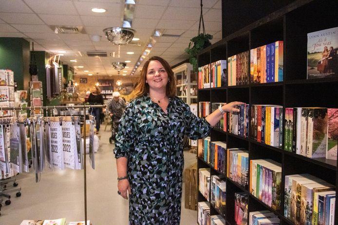 Lydia Burger in haar boekhandel aan de Kerkstraat in Tholen.