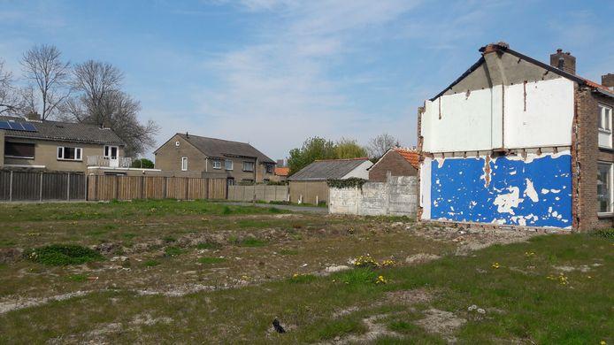 Naast de plek waar een aantal jaar geleden huizen werden gesloopt in de Beatrixstraat in Kloosterzande, staan nog vier huizen leeg.