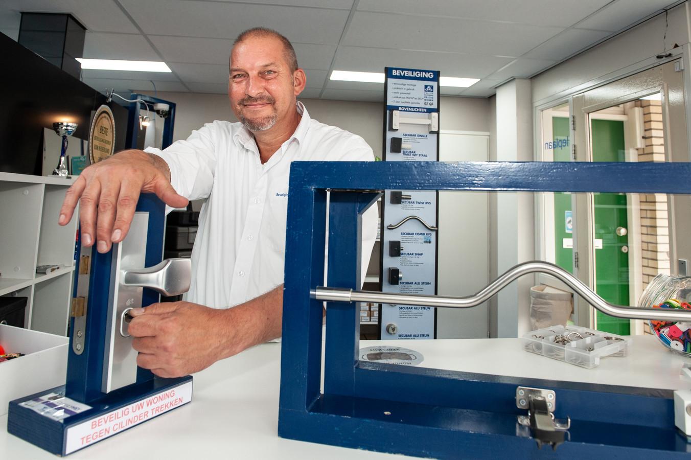 Slotenmaker Paul van Weelden heeft het druk met zijn bedrijf.