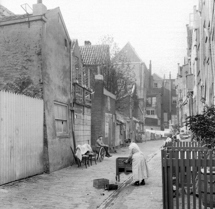 De Belgracht omstreeks 1910. Het gootje in het midden diende niet alleen om regenwater af te voeren, maar ook het overtollige boenwater van schrobbende huisvrouwen. De straat werd een paar keer per week geschrobd, en af en toe ook het fornuis.