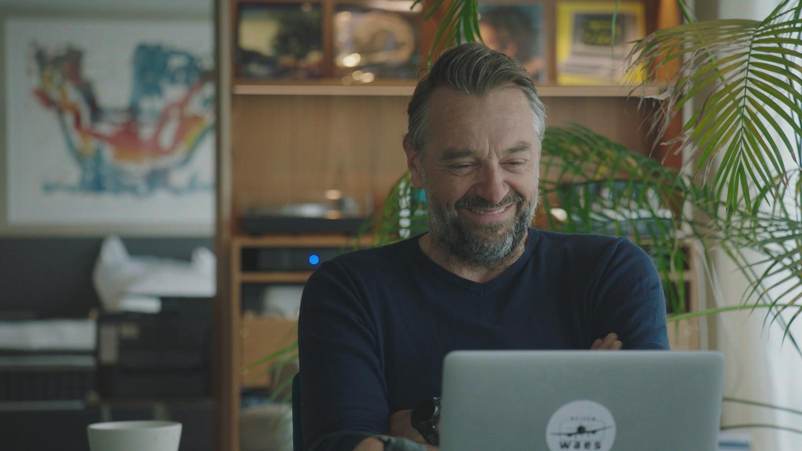 Zondag zien we hoe Tom skypet met reisgidsen die hij de afgelopen vier seizoenen ontmoette.