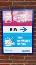 Een vast bord wijst reizigers waar ze de bus kunnen vinden mocht de stoptrein van Eurobahn (Keolis) niet verschijnen.