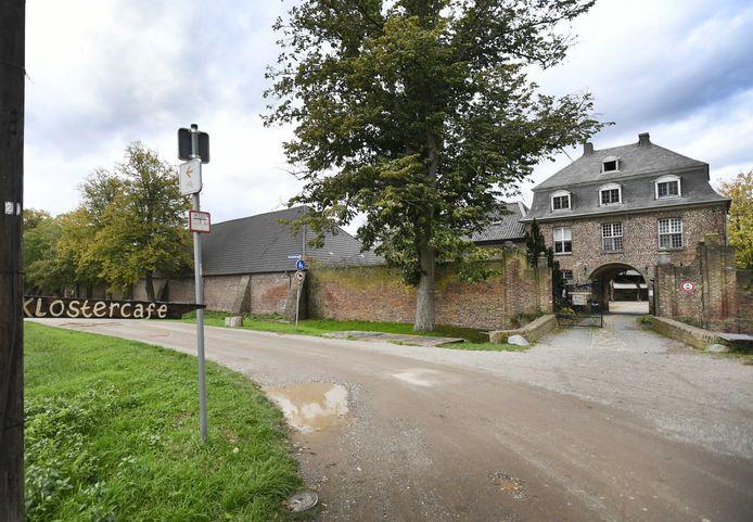 Het terrein van voormalig klooster Graefenthal waar de Duitse politie een inval heeft gedaan en stelt op een sekte te zijn gestuit.