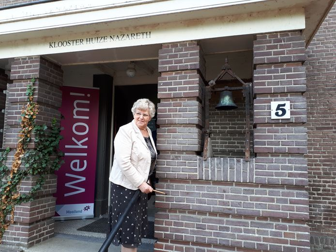Zuster Cis Brands luidt het klokje bij de entree van het voormalige klooster.