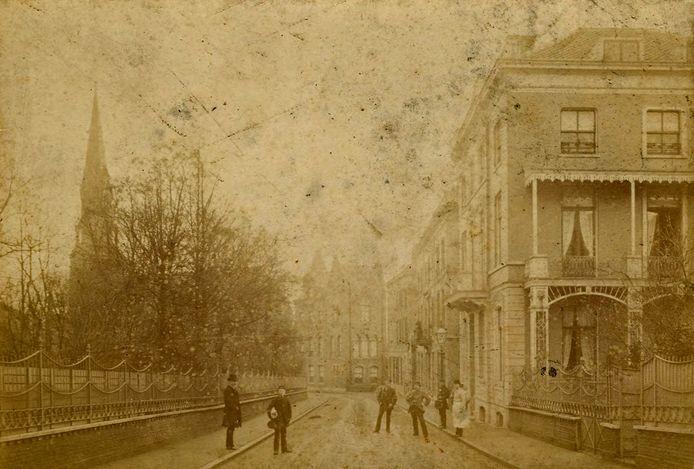 De Coehoornstraat in 1880. Links het hek van de algemene en protestantse begraafplaats.