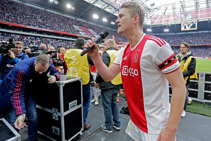 Matthijs de Ligt spreekt het publiek toe na de 4-1 zege op FC Utrecht.