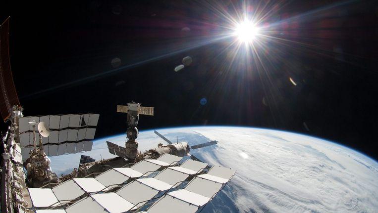 Het International Space Station (ISS) van buitenaf gezien, met de zon op de achtergrond Beeld epa