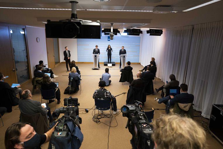 Premier Mark Rutte en minister Hugo de Jonge geven een toelichting op de coronamaatregelen in Nederland. Beeld ANP