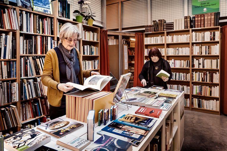 Jo Wagemans en Linda De Vylder zijn vrijwilligers in de Oxfam Bookshop Gent. Beeld Eric de Mildt