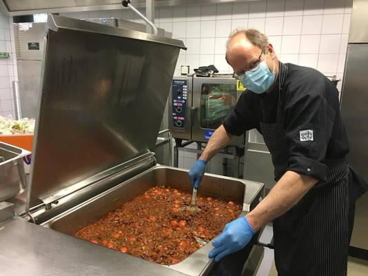 In het gesloten bedrijfsrestaurant van een bedrijf in Bergen op Zoom werden in mei 8000 gratis maaltijden bereid die via Samen in de Regio bezorgd werden bij zorgpersoneel en kwetsbaren op de Brabantse Wal.