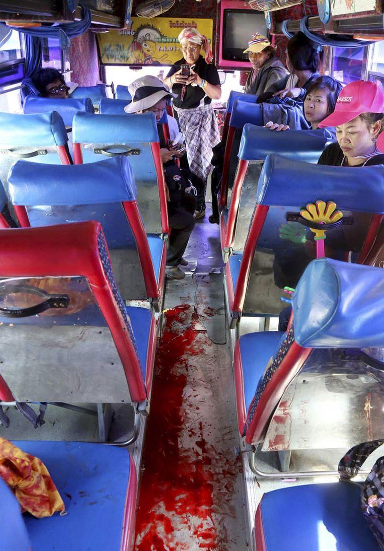 Bloed op de vloer van een bus na een aanval door onbekende schutters in Bangkok. Beeld ap