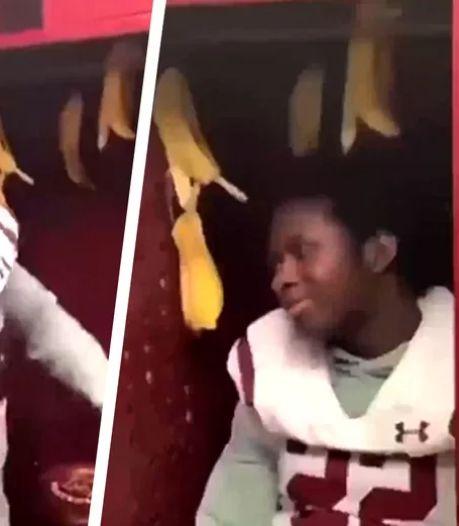 Onthutsend: zwarte American footballspeler moet in locker met bananenschillen zitten