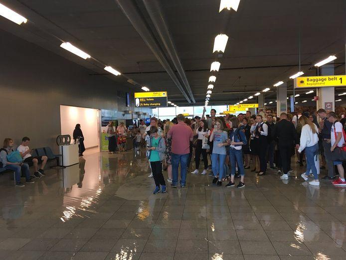 De aankomsthal van Eindhoven Airport stond zondag blank doordat de dop van een afvoerpijp losgeschoten was.