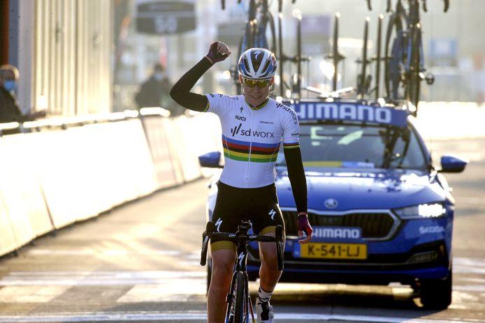 Anna van der Breggen viert haar zege.