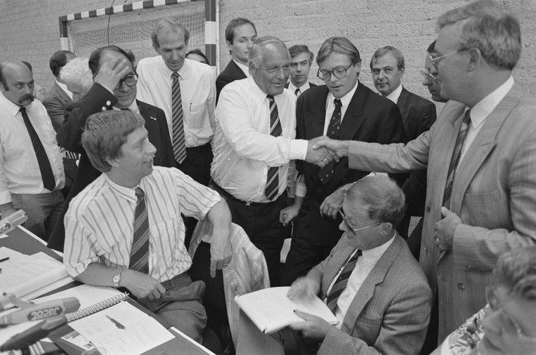 Op de veiling van Oriental Palace in een sporthal in Breukelen. Gerrit van der Valk (m) wordt gefeliciteerd met de aankoop, 29 juli 1988 Beeld Nationaal Archief