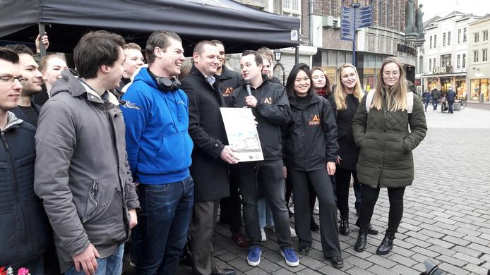Jongerenambassadeur Jordi Prins overhandigde donderdag op de Markt in Den Bosch de petitie 'In een wachtlijst kun je niet wonen' aan wethouder Roy Geers.