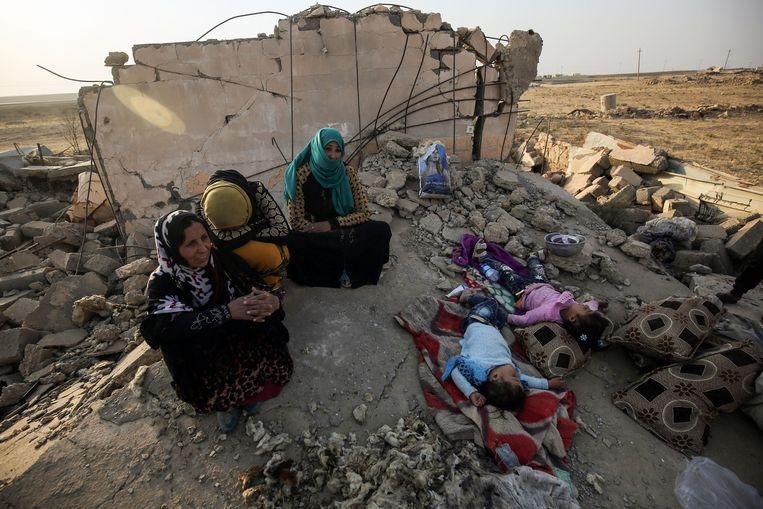 Iraakse burgers in Mosoel.  Beeld AFP