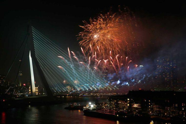 Vuurwerkshow bij de Erasmusbrug in Rotterdam Beeld anp