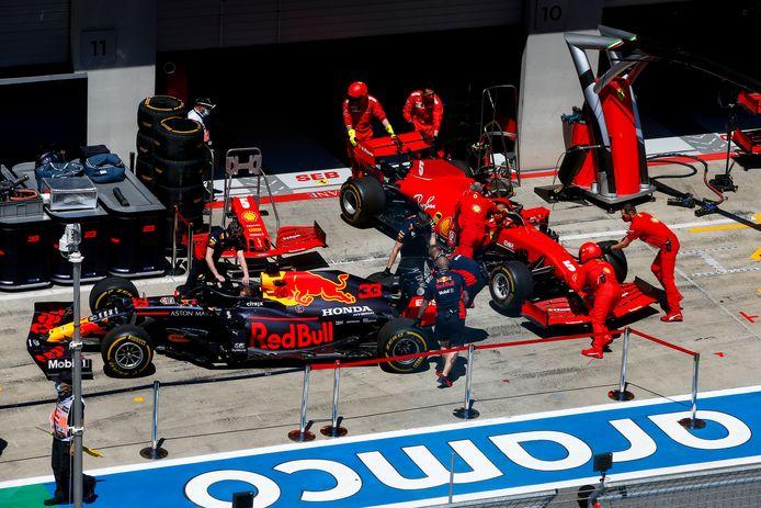 De wagens van Max Verstappen en Sebastian Vettel