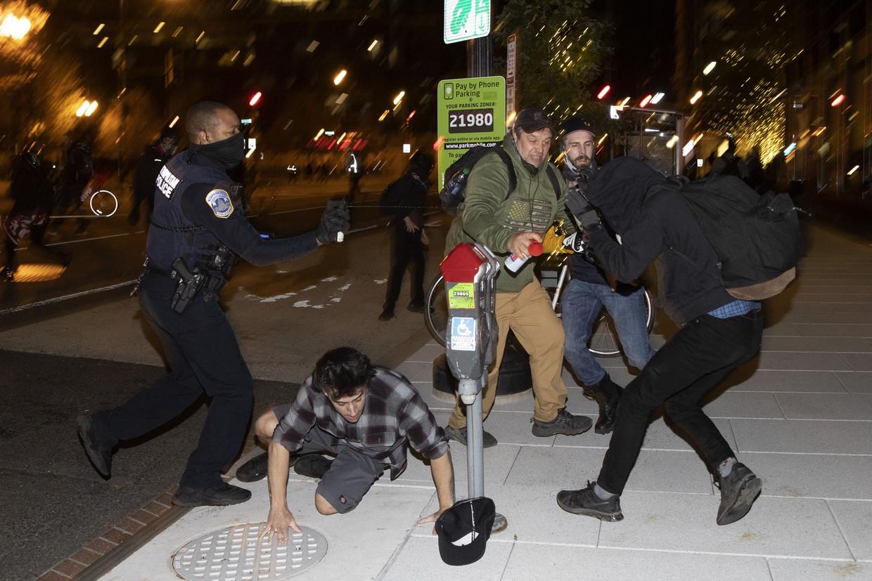 Tijdens de demonstratie in Washington botsen de Proud Boys met leden van de Black Lives Matter-beweging. Beeld AFP