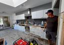 Wim aan het werk bij de opkuis van een keuken.