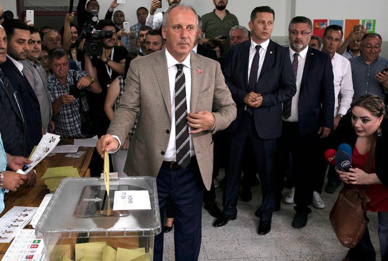 Oppositiekandidaat Muharrem Ince brengt zijn stem uit in Yalova. Beeld EPA